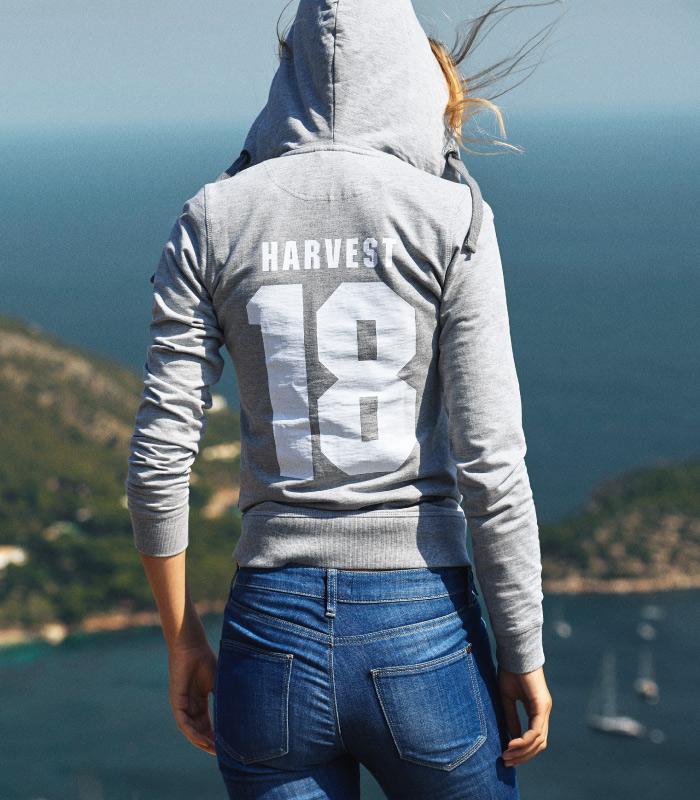 chica en acantilado con ropa publicitaria